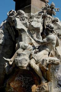 Danubio rappresenta l'Europa, indica lo stemma dei Pamphili come a rappresentare l'autorità papale sul mondo intero