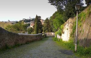 esmpio di una strada antica con sampietrini