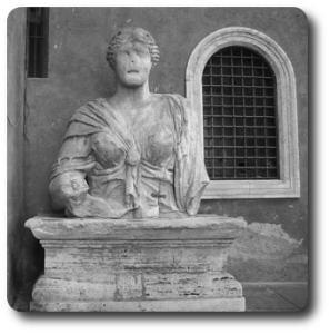 statua a piazza San Marco dell'unica donna tra le statue parlanti